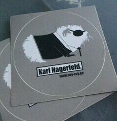 Karl Nagerfeld gibt es auch als Aufkleber!